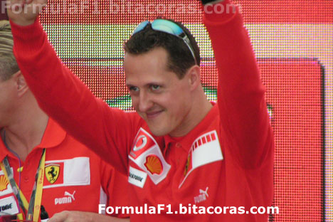 Michael Schumacher en el paddock de Ferrari en Montmelo en 2006