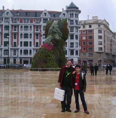 Javier (Nortejoven.com) y yo con el MacBook a las puertas del museo
